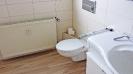 Badezimmer in Holzoptik mit Glasdusche_2