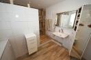 Badezimmer mit Bodenfliesen im Holz-Look